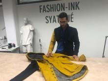 Han designar kläder i moduler