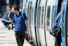 Den 11 december övertar MTR pendeltågstrafiken