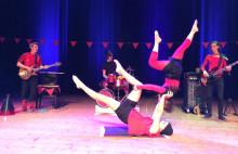 Dockteater och cirkusakrobatik på Familjelördag