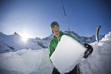 Frostiger Spaß beim gemeinsamen Iglubau in der Schweiz