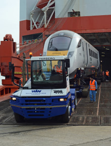 日立の英国都市間高速鉄道計画向け車両が英国のサウサンプトン港に到着