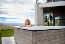 Un design moderne, européen à l'esthétique naturelle : les spas d'extérieur Just Silence et Just Silence Compact sont désormais dispo-nibles dans la nouvelle teinte, Timber