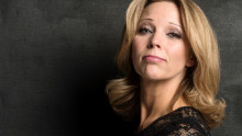 Anna Bromee hyllar Anni-Frid Lyngstad på Vara Konserthus