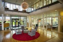 Harmonisk samspel mellan glaspartierna i glasfasaden på Sia Glass huvudkontor