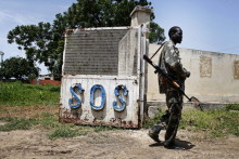 Südsudan: Milizionäre besetzen Kinderdorf - Baldige Rückkehr der SOS-Familien nach Malakal unmöglich, Not-Kinderdorf in Juba geplant