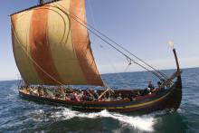 Stig ombord på vikingeskibet på Lejre Museum