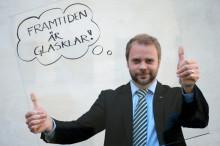 Erik Haara lyfter glaset för en ljusare framtid