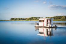 BestFewo-Reisetrends: Auf dem Hausboot der Sonne entgegenblicken