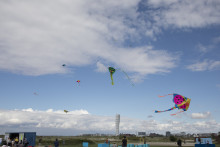 Nu flyger drakarna över Ribersborgsstranden