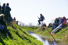 """Inseltradition zu Ostern: """"Grabenspringen"""" auf Fehmarn"""