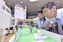Physical Science Phenomena Brought to Life Through Student-developed Exhibits