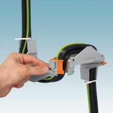 Genial guidning av kabel och ledare mellan skåp och skåpdörr
