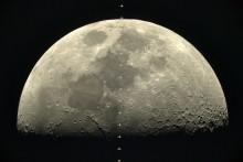 Sony camera A7S registreert het Internationale Ruimtestation ISS in het voorbijgaan van de maan met 28,000 km/h
