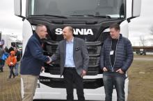 Vognmand overrasker chauffør med ny Scania på Transportmessen