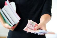 Drygt 19 miljoner kronor tilldelades läromedelsförfattare i form av SLFF:s författarstipendium under ansökningsåret 2018.