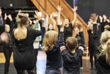 Stockholm satsar på rörelse i skolan: Dans, konst och lärande på Moderna Museet idag