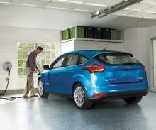 Nový Ford Focus s plně elektrickým pohonem se stihne nabít dřív, než řidič zvládne kávu a zákusek