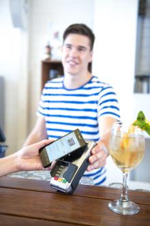 Mobiel geld zit in de lift in België - 76% van de Belgen gebruikt zijn smartphone om te bankieren en te betalen
