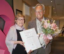 Han får Bröstcancer-Sveriges finaste utmärkelse