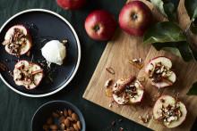 Recept på bakade äpplen med kanel och nötcrunch