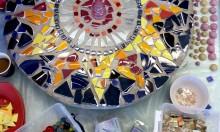 Hemlig trädgård av krossat porslin blir mosaikutsmyckning i Botkyrka