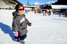 Välj rätt solskydd för barnens ögon på sport- och påsklovet