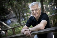 Johan Svedjedal tar emot Karin Boyes pris i Huddinge