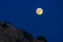 Lasciati incantare dalle foto di un fenomeno naturale fuori dal comune: la Superluna