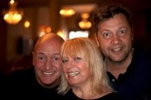 Sveriges populära komikertrio Thomas Petersson, Sussie Eriksson och Johan Petersson laddar för bejublad komedi på Krusenstiernska Teatern i sommar!