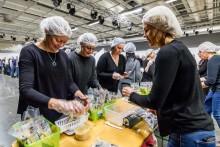 Doldisföretaget med miljardomsättning packar måltider till välgörenhetsorganisation i Globen