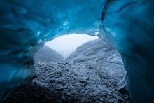 Encante-se com a beleza deslumbrante das grutas de gelo da Islândia