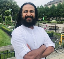 Fredsarbetaren Swami Jyothirmayah i Kungsträdgården under YOGATHON - som inleder helgens indiska kulturfestival Namaste Stockholm.