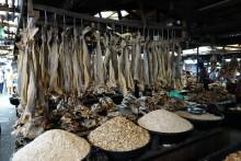 Jubler over halvert toll på tørrfiskhoder i Nigeria