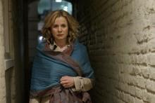 Emily Watson utsatt offer i Kvinna inför rätta