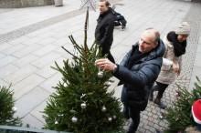 Göteborgskändisarnas julgranar auktioneras ut