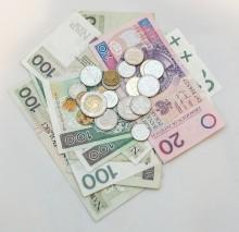 Polacy zadowoleni z zarobków, ale ciągle z dziurami w portfelu