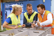 Stina Nilsson på besök i kranfabriken