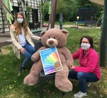 LVZ Post unterstützt das Kinderhospiz: Spendenbriefmarke für Bärenherz