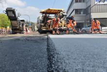 Pilotprojekt: STRABAG baut in Stuttgart schadstoffmindernden Asphalt ein