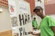 Ungdomar förgyller polishuset i Rinkeby med 25 meter konst