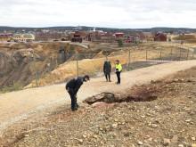 Sättning i marken vid Falu Gruva – gångstråk runt Stora Stöten avspärrat
