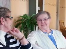 På Flens cafémöten kan demenssjuka skratta ut