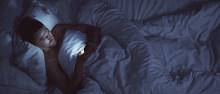 Joka toinen käyttää älypuhelinta sängyssä – sulje ruutu kello 22