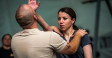 Hotbilden mot kvinnor ökar - allt fler går kurs i självförsvar