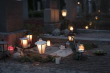 """""""Där en enkel blomma vid en grav kan få  vara ett tecken på den djupaste kärleken  till en människa som gått före"""""""