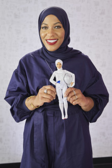 BARBIE® EHRT IBTIHAJ MUHAMMAD MIT EINZIGARTIGER PUPPE BEIM GLAMOUR WOMEN OF THE YEAR LIVE SUMMIT