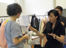 Kändisstylisten Bea Åkerlund coachar Textilhögskolans modestudenter