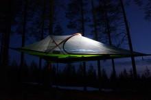 Friluftspersonligheten Simon Jaktlund bygger unik camp på Sweden Outdoor Festival