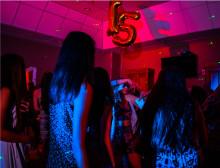 Andras tonåringar dricker alkohol på föräldrafria fester