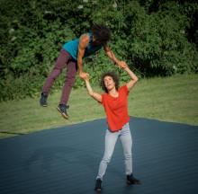 Akrobatduo uppträder utomhus i Alby och Fittja
